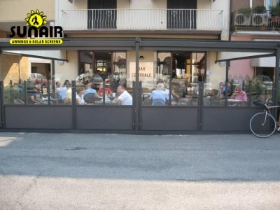 Glass%20walls%20a%20great%20protection%20for%20restaurants%20against%20wind.JPG