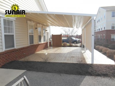 Sunair%20Pergola%20awning%20wall%20mounted%20on%20siding.JPG
