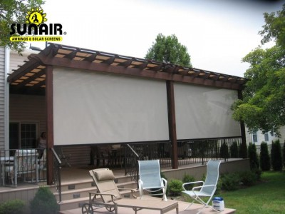 sunair%20sun%20screen%20on%20wood%20pergola.JPG